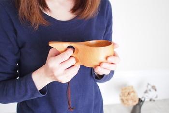 ククサは、フィンランドの北極圏に暮らす遊牧民によって伝統的に使われてきた木製のドリンクカップです。ククサとは「飲み物の源」という意味。古来この小さな木製カップで小川の水をすくったり、熱いスープを飲んだりしていたのだそう。
