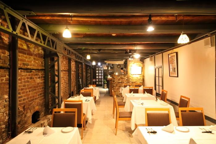 共栄窯は、明治時代に造られた古窯を改装したビストロレストランとバーです。レンガの壁やバーカウンター、アーチ型をした通気口跡跡など、店内の随所に窯元であった名残を感じ取ることができます。
