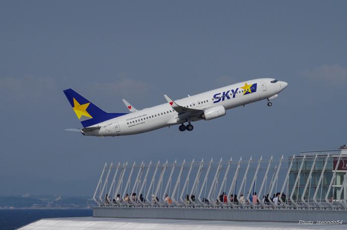 スカイデッキからは、間近で国内線、国際線の飛行機が発着陸する様子を見ることができます。