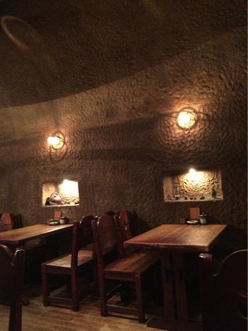 店内は薄暗く、まるで洞窟にいるような不思議な気分になります。また広々としていてゆっくりとくつろげる雰囲気なので、読書をしながら時間を過ごしたい時にもぴったりです。昭和の喫茶店らしいレトロな空気も味わえます。