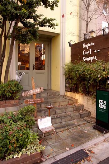 下北沢の駅から程近い場所にあるスープカレー屋さん。本店はスープカレー発祥の地・札幌にあって、こちらはその支店です。他の町に比べてスープカレーのお店が多い下北沢ですが、中でも特に人気なのはこちらのお店なのだそう。