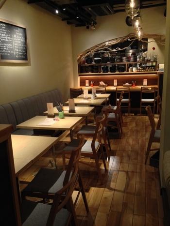 ナチュラルで落ち着いた雰囲気の内装の店内。テーブル席が多く、店内は広々とした印象です。テーブル席の他にカウンター席もあるので、一人で訪れてもゆっくりカレーが楽しめます。