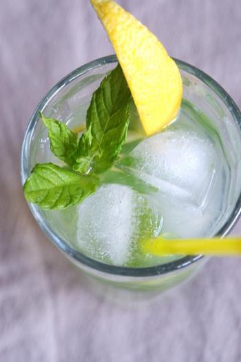 リモナータとは、レモンをつかった冷たい飲み物のこと。ミントを加えてよりさっぱりといただきます。