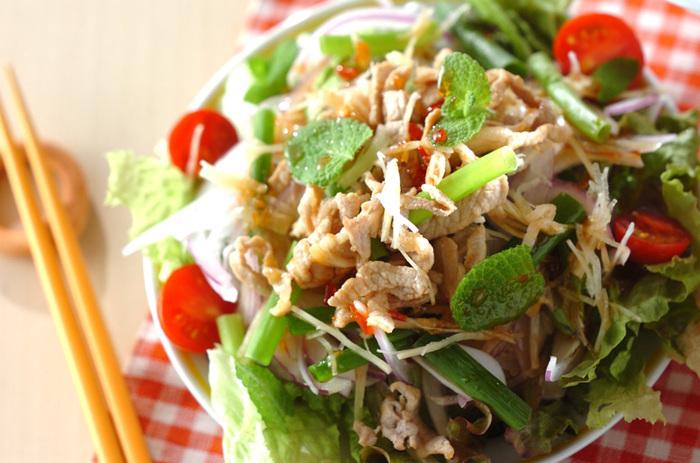 チリソースとミントの組み合わせはなんともエスニックなテイスト。野菜がモリモリ食べられます。
