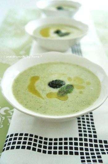 上記で紹介したスダチだけではなく、ミント×レモンのオリーブオイルもおすすめ。ブロッコリーのスープに浮かべれば、見た目から爽やかな一品のできあがり!