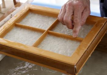 お香の生産と共に淡路で守られているのが和紙の生産です。伝統的な手漉き和紙を始めとして様々な和紙が淡路では生産されています。