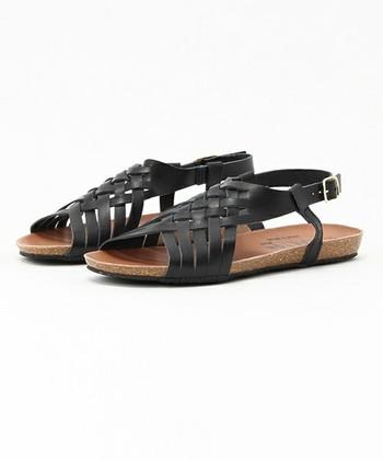 メッシュサンダルは、華奢なデザインでどんなファッションにも合わせやすいのがポイントです。ストラップで踵をしっかりとホールドできるので歩きやすいのも魅力。