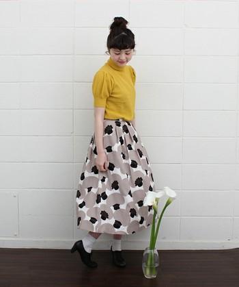 からし色の半袖ニットに北欧風リネン混スカートを合わせて。マッシュルーム柄が惚れ惚れするほどチャーミング♪ラフなお団子ヘアがスカートのかわいい個性をより引き立たせますね。
