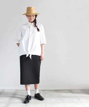 ビッグサイズのブラウスの裾を結んですっきりとした着こなしに。タイトなスカートと合わせれば、フレンチカジュアルなスタイルのできあがりです。