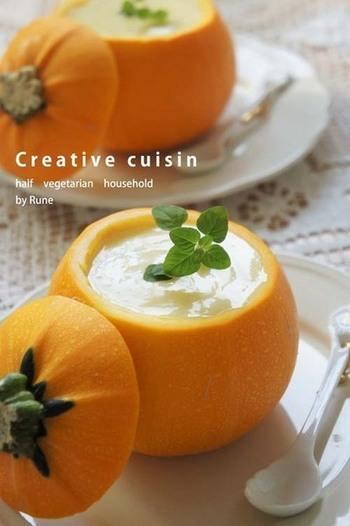 丸いズッキーニでこんな可愛い冷製スープはいかが?見た目も可愛いので食べるのが楽しくなりますね。