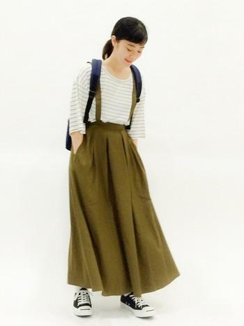 ゆるっとしたトップスをサスペンダー付きのスカートにイン!カジュアルだけどフェミニンな雰囲気が◎。