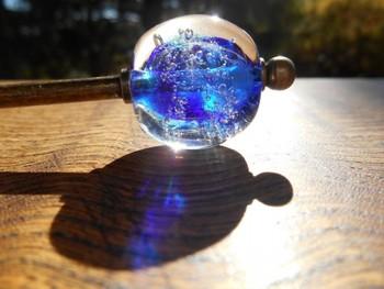 かんざしや帯留め、根付などの装飾品として、古くから私たちの生活に寄り添ってきた「とんぼ玉」。ガラスの透明感と繊細な装飾が魅力のとんぼ玉は、今もなお伝統工芸品として大事にされ、アクセサリーとしても親しまれています。