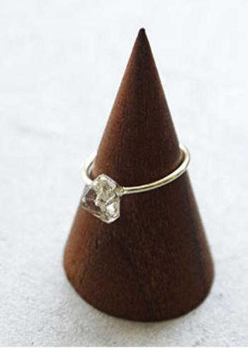 トップの水晶が際立つよう、リング部分はシンプルで華奢なデザイン。手になじみやすく、身につけやすいのも特徴です。