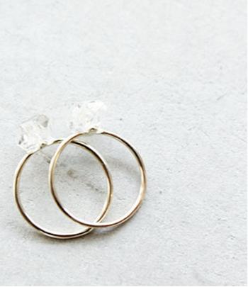"""透明感のある水晶を用いたシンプルな【ハーキマダイヤモンドリング】。この水晶は""""ダイヤモンドのように美しい水晶""""という意味で「ハーキマーダイヤモンド」と呼ばれています。"""
