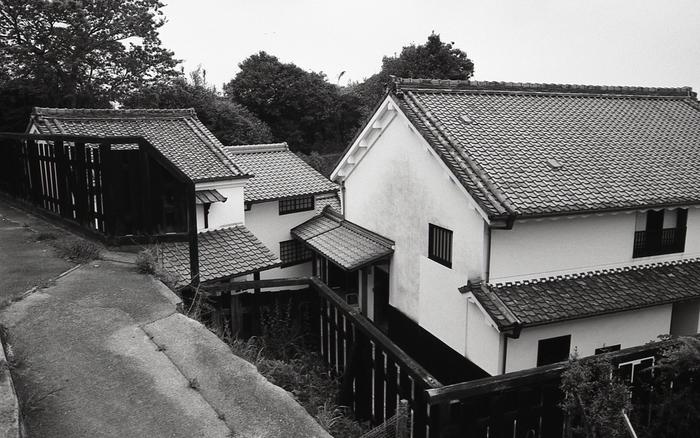 やきもの散歩道中心部に位置する廻船問屋瀧田家は、1850年頃に築かれたものです。屋敷内にある建物のうち、主屋、土蔵、離れは、常滑市の有形文化財に指定されています。