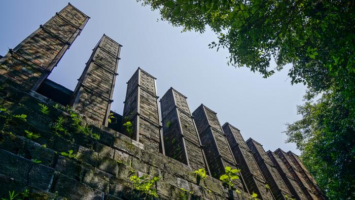 立ち並ぶ10本の煙突が特徴的な陶栄窯(通称:登り窯)は、日本に現存する登窯としては最大級の規模を誇ります。