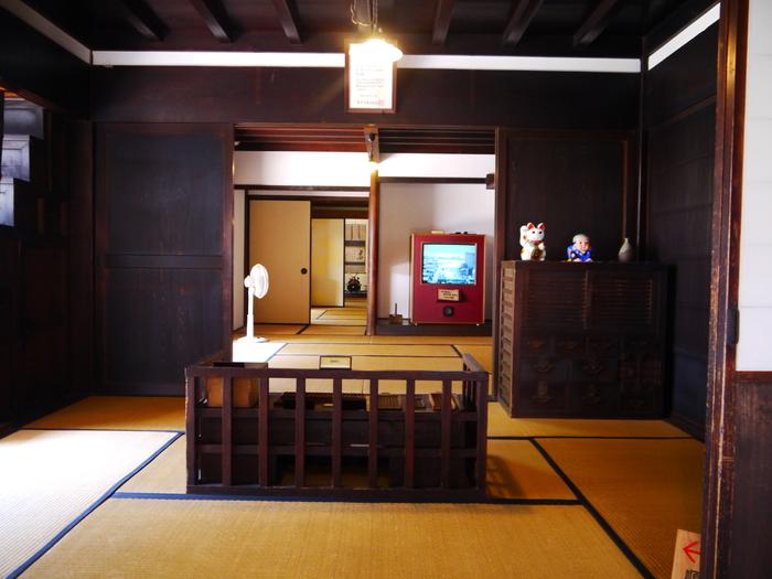 邸宅内部に足を踏み入れると、この屋敷が築かれた1850年にタイムスリップしたかのような気分を味わえます。立派な座敷や古い調度品が、かつて廻船問屋を営んでいた旧家瀧田家の繁栄ぶりを物語っているかのようです。