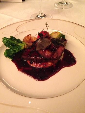 フランス料理のメインは、地元愛知県産の和牛が使われています。和牛ロースステーキとフォアグラの相性は抜群です。