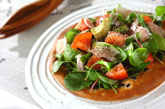 一見シンプルなピザですが、生地からきちんと手作りしています。時間をかけた分、美味しさもひとしおです!このレシピではニンニクとブラックオリーブを生地に混ぜ込むので、風味豊かで香ばしい生地に焼き上がりますよ♪