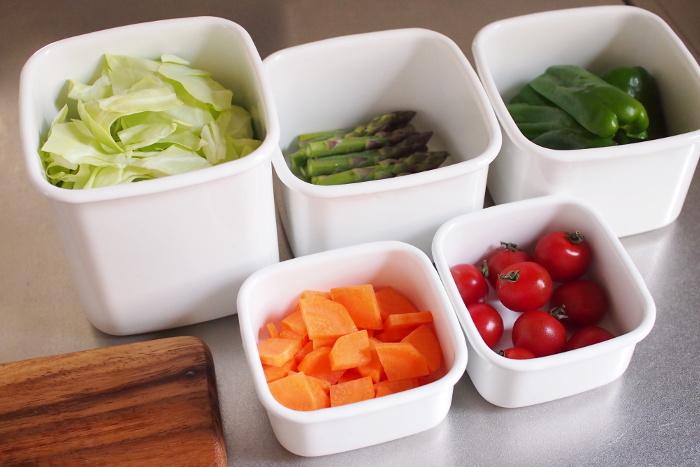 S・M・Lサイズと、取っ手付きの計4種類。サイズ違いであると何かと便利な四角い容器です。真っ白なカラーに、色とりどりの野菜が映えます。