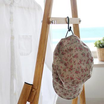 ハンガーラックとして使用する場合は、こんな風にフックをかけて、帽子やカバンなど小物の収納にも便利◎