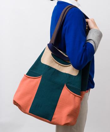 ユニークなデザインのキャンバスバッグ。持ち手が長いものと短いもの、2つ付いているので肩掛けとしても、手提げカバンとしても使えます。オールシーズン様々なシーンで活躍してくれそう♪