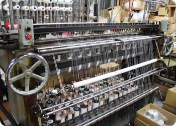 写真は、テープやフリンジを作るための「クロセットレース機」。1度に10本まで同時に編むことができます。