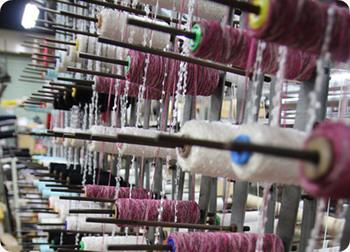 糸の種類や編み方によって、デザインは無限大!この機械と職人の技術が組み合わさって、トリコテのアイテムが誕生するのです。