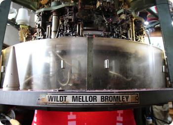 こちらはイギリスベントレー社製のジャガード織り機。今から40年も前に導入されたもの。昔は、紙で柄を読み込ませていましたが、現在は機械で読み込めるように改良されました。今と昔がコラボレーションして、今日もガタゴト、マフラーやストールが編まれていきます。