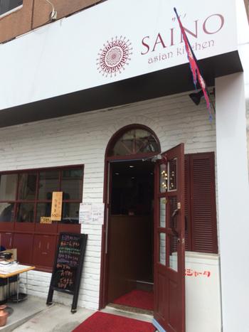 老舗の有名カレー店がひしめき合う神保町に、新しくオープンしたばかりのお店。外観からはカフェのようにも見えますが、本格的なネパール&インド料理店です。ネパール料理もインド料理も一度に味わえるなんて贅沢ですね。食べ比べも楽しそうです。