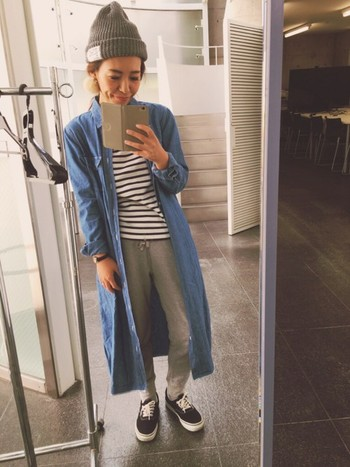 デニムのロングシャツは、コーデが物足りないと感じた時にさらりと羽織れる優秀アイテムです。シンプルな服のアクセントとして使える上に、オシャレに見えるのがうれしいポイント。