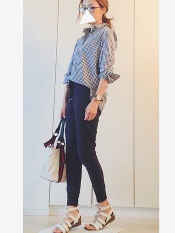 スウェットも濃いめのカラーを選べばキレイめに。シャツは前だけインして、気になる部分は裾を出してみてもOK!ギンガムチェックのシャツとかっちりバッグでスウェットパンツの着こなしも上品な印象に。