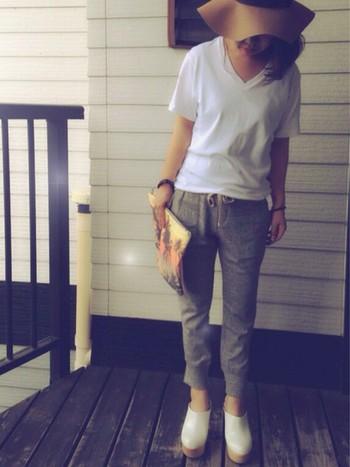 スウェットに合わせる頻度が高いのは、やっぱりTシャツではないでしょうか。ですが、いまいちおしゃれに着こなせないという方もいるかも…。そんな時には、Tシャツのサイズ感やデザインにこだわってみましょう。VネックのTシャツを選んで、こなれた雰囲気に。靴もホワイトで合わせれば、軽やかな印象になります。
