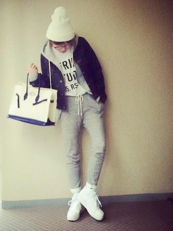 白の帽子にスニーカー、バッグと小物をホワイトで統一させて。白とグレーの組み合わせは、とっても取り入れやすいのでお手本にしたいスタイリングです。