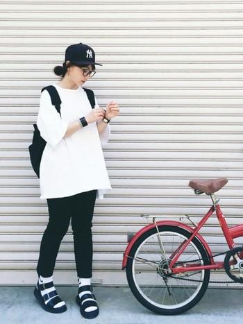 ヒップがかくれる白のメンズビッグTシャツに、スリムなブラックジーンズは王道コーデ♪メンズファッションは意外と使えます!