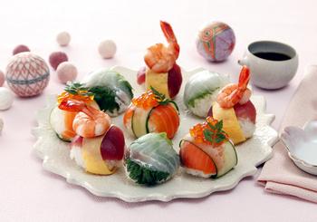 彩りも鮮やかな手まり寿司は、パーティーやおもてなしにぴったり! 手まり寿司を作ってから、リボン状の食材で帯を巻くだけで、華やかさがアップします。