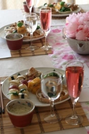 お友達や親戚を呼んでのパーティーは、大人も子供も楽しいものですね♪ お寿司って、白ワインにも合うんですよ~最近、発泡性の日本酒も美味しいですね。それから、テーブルコーディネートも楽しみたい!そんな時、活躍するお寿司のレシピをご紹介します。