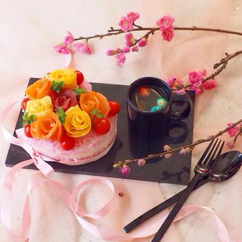 こちら、ケーキじゃないんですよ~お寿司なんです!ピンクの酢飯と、薔薇の花は、薄焼き卵・サーモン・マグロで作られています。