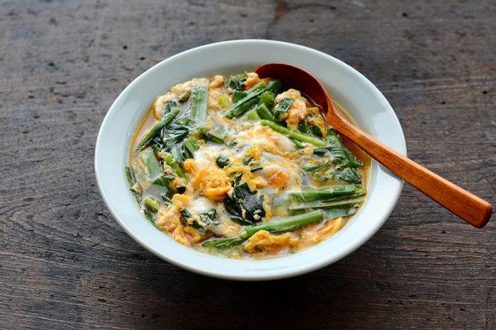 「卵とじバージョン」のニラ玉レシピです。とろとろの食感が食欲をそそる一品です。