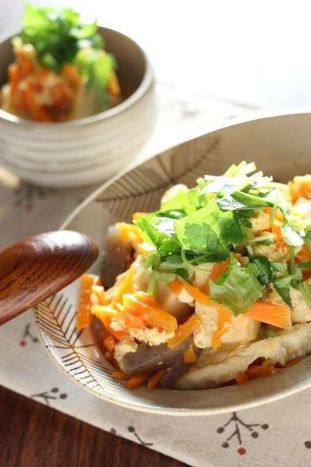 高野豆腐と人参を卵とじでヘルシーに仕上げて。和食の定番、おふくろの味もしみじみいいものですよね。