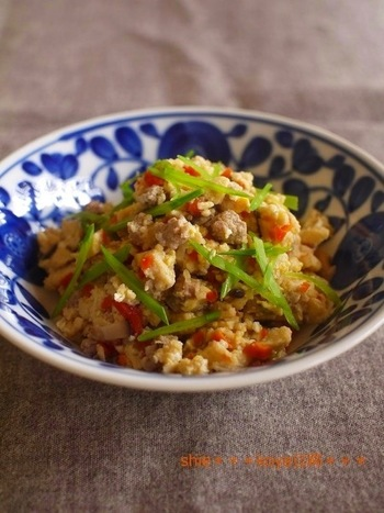 高野豆腐をみじん切りにして煮込んだ後、卵を和えてフワフワジューシーのそぼろ煮に。家族みんなで美味しく頂けるレシピです。