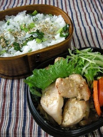 菜めしご飯とセットのレシピです。チキンは味噌と梅酒に1時間ほど漬け込んだ、梅の爽やかな風味もお口に広がる、美味しい和風チキンソテーです。