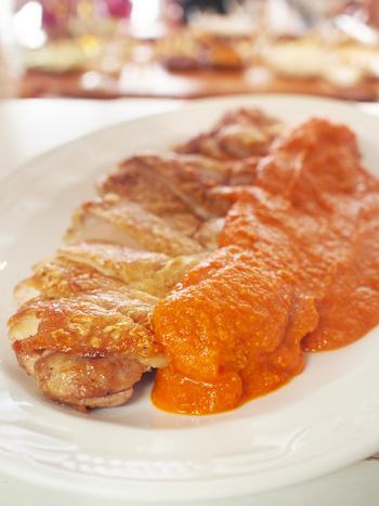 ロメスコソースって…?ロメスコソースとは、野菜とナッツがたっぷり入ったスペインのカタルーニャ地方に伝わるソースなんだそうです。野菜にナッツを組み合わせるなんて、コクがあって美味しそうですね♪