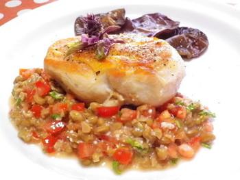 チキンに納豆ってちょっと勇気がいりますが…、動物性と植物性のタンパク質が摂れて低カロリーのダイエット食でもあるんです。塩麹が、コクを出してお肉を柔らかくしてくれます。