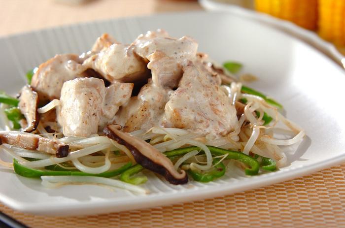 梅とマヨダレで、野菜もたっぷりと一緒に食べられる美味しいソースの和風チキンソテー。酸味は、夏バテにも良いですからこれからの季節にオススメのレシピです。