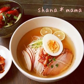 冷やし中華とはまた違った魅力のある韓国冷麺。酸味のきいたスープは、汁麺のようにゴクゴク飲み干してもOK!お酢のパワーで暑さや夏バテも吹き飛ばして♪