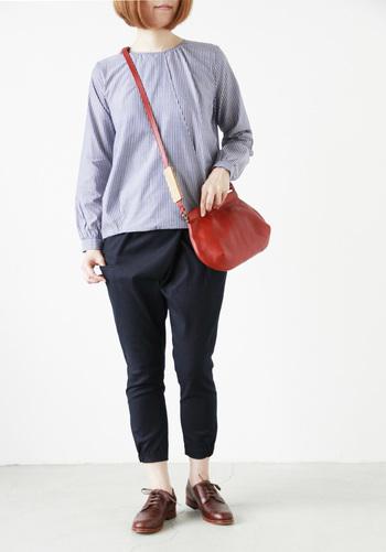 京都出身のデザイナー・高梨舞さんによる、ハンドメイドの革の鞄や小物を扱うブランド「Yuruku(ユルク)」。2012年にスタートしたブランドですが、デザインから製作まですべての過程をデザイナー自ら手がけているそうです。カウレザーのショルダーバッグは、やや横長のシンプルなデザインでお出かけにちょうど良いサイズ感。