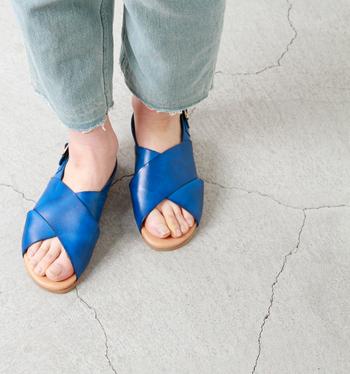 スペイン発「BIANCA(ビアンカ)」は大人の女性から支持されているサンダルブランド。本国でも有数の靴の生産地として知られているELCHE(エルチェ)という町で、一足一足職人さんによって作られています。味わいのあるレザーは、皮をなめせる職人がごく僅かしかいないという、特殊で希少価値の高いものだというから驚き。