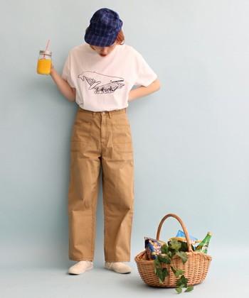 太めのワークパンツは、オールシーズン使える優秀アイテム!さり気ない動物のイラストTシャツで、カジュアルな中にも可愛らしさをプラス♪水族館や動物園などにぴったりのママコーディネートです。
