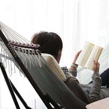 疲れている休日の朝は、ハンモックに身を任せて新聞を読んだり、読書したり、あまりの居心地のよさに離れられなくなりそうです。